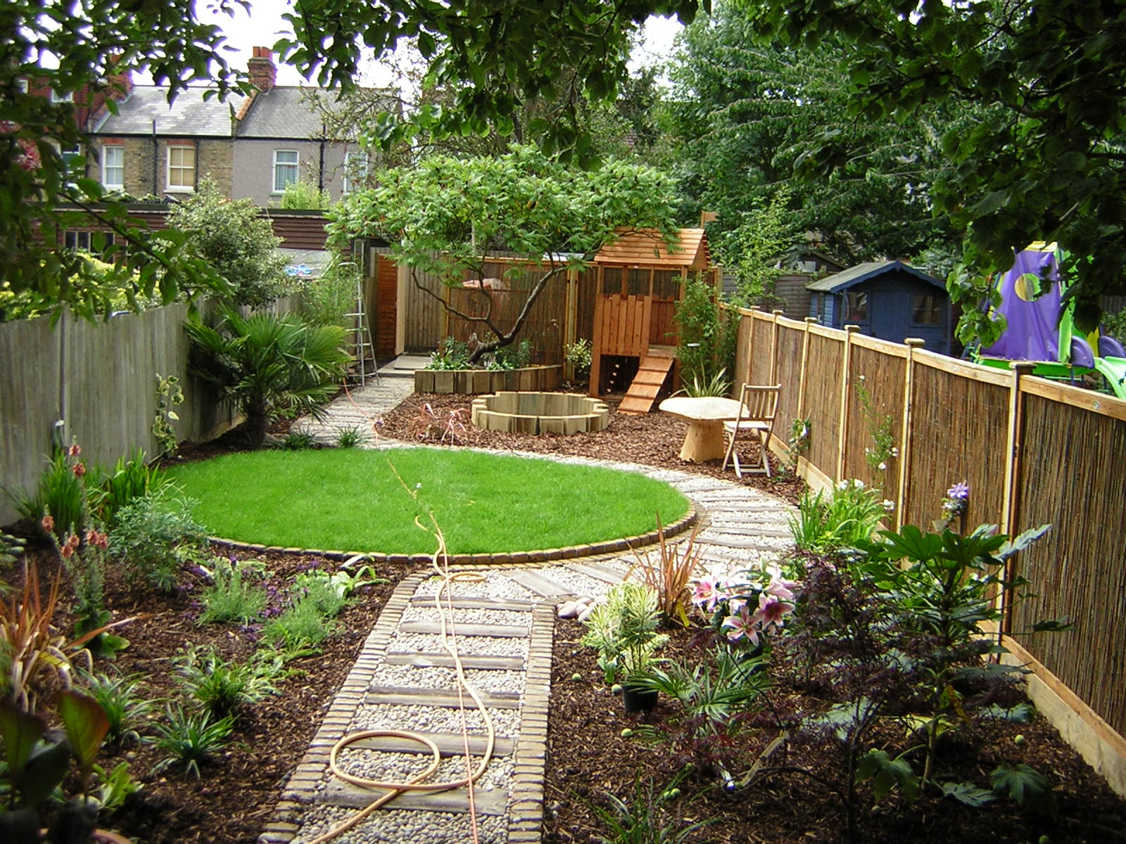 Long thin suburban floral hardy london uk for Small narrow garden designs