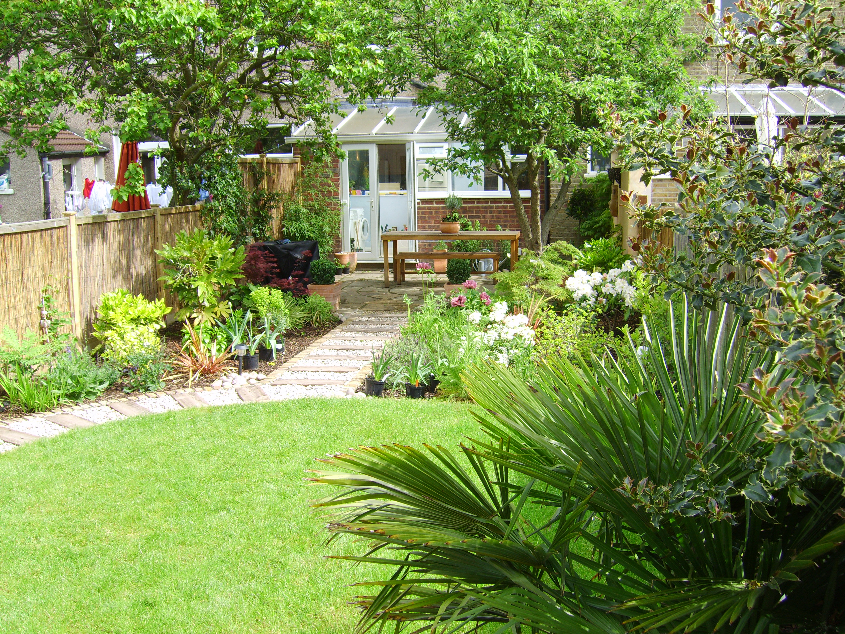 Long thin suburban floral hardy london uk for Garden design ideas in uk