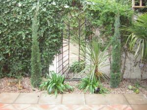 Mediterranean Courtyard - orpington-mirror-garden
